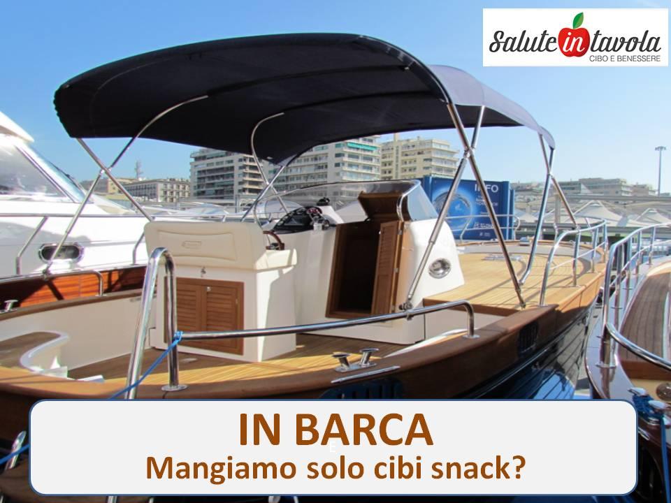 in barca mangiamo solo cibi snack foto